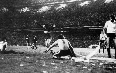 Gol de Veglio en la 1era final. Libertadores 1977