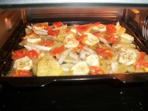 Fabulosa receta para Colas de rape con verduras al horno . Otro plato para la época que nos viene, no es que sea pesimista, pero ya estamos viendo como va todo, así que aquí lo dejo, el rape congelado, del Lidl, sale muy rico.