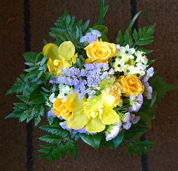 Aruingon keltaiset orkideat ja ruusut sopivat hyvin sinisten kukkien seuraksi. Kukkiamme voi tilata myös verkkokaupasta http://meritorni.ekukka.fi