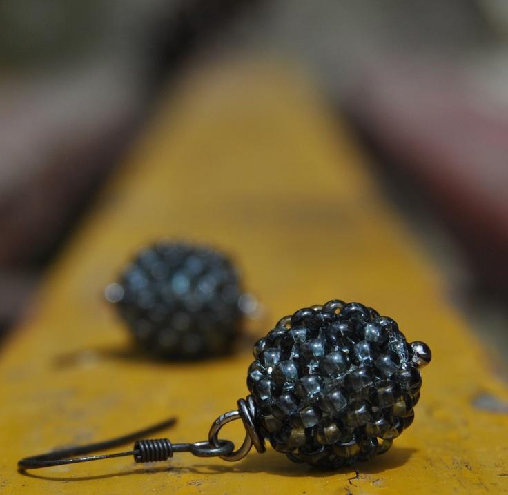 Uhlíky Drobné kuličky obšité rokailem na bižuterním drátku v černé barvě. Délka cca 1,5 cm, průměr kuličky 1 cm ....drobné něžné náušničky