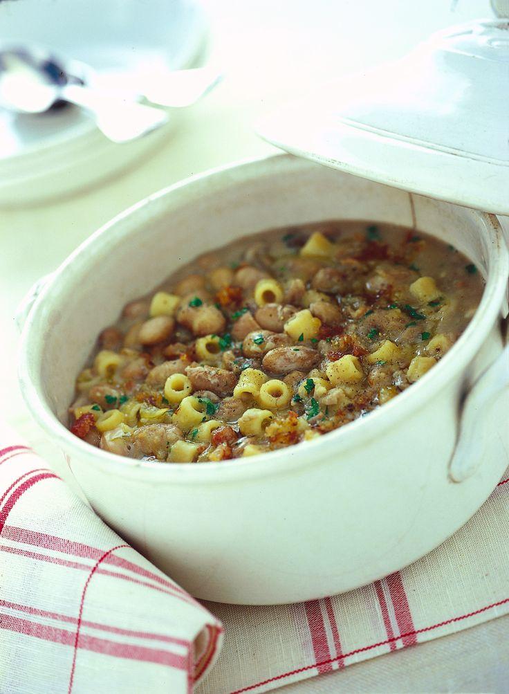 Rustica e saporita, la pasta e fasioi alla padovana è una minestra di fagioli con pancetta, semplice e deliziosa. Scopri la ricetta su Sale&Pepe.