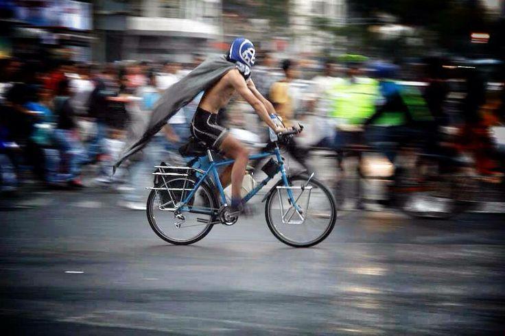 Comparte Eder López su foto de un ciclista en el Eje Central de la Ciudad de México.