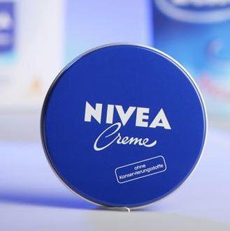 È una presenza fissa in quasi tutte le case degli italiani. La crema Nivea, con quella consistenza densa e l'inconfondibile contenitore, è da sempre la regina della cura del corpo. Ma attenzione, ecco come puoi usarla...