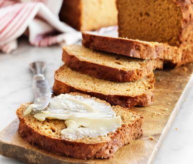 Kavring är smakrikt, mörkt bröd med råg, sirap och kryddor. Det här lättlagade kavringreceptet går snabbt att baka med bikarbonat. Bra bröd till sill, lax, matjessill, gubbröra och att göra silltårtor eller snittar av. Kavringen kan även bakas ut till bullar. Gott till julfrukosten!