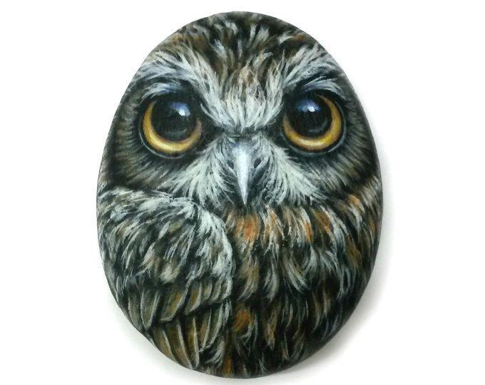 ¡Boobook búho pintado en piedra pequeña a mano! Buho hecho a mano para decoración del hogar, pintado con acrílicos y acabados con barniz satinado protección.