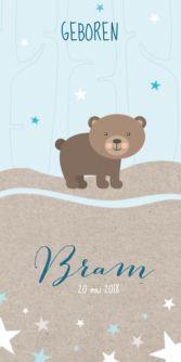 Hip geboortekaartje voor de geboorte van een jongen met mooie illustratie van een beer in het bos. Maak zelf deze leuke geboortekaart met deze beer.