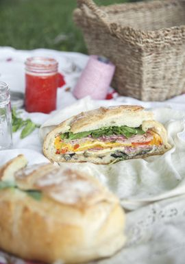 Muffaletta aux légumes grillés & charcuteries (sandwich à partager)
