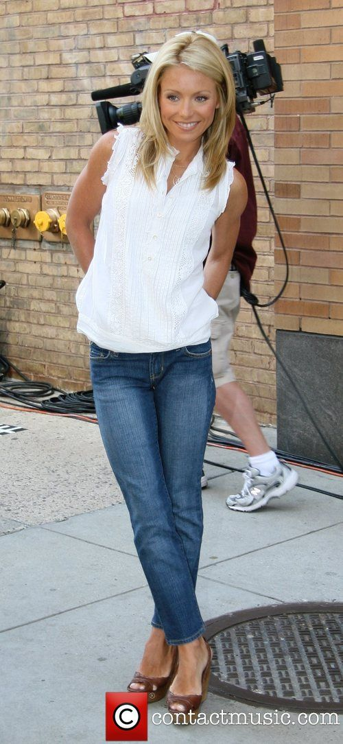 Kelly Ripa outside | PREV · Kelly Ripa Gallery · NEXT »