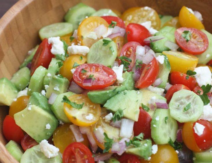 Ein einfacher und köstlicher Salat aus Tomaten, Gurken und Avocado!