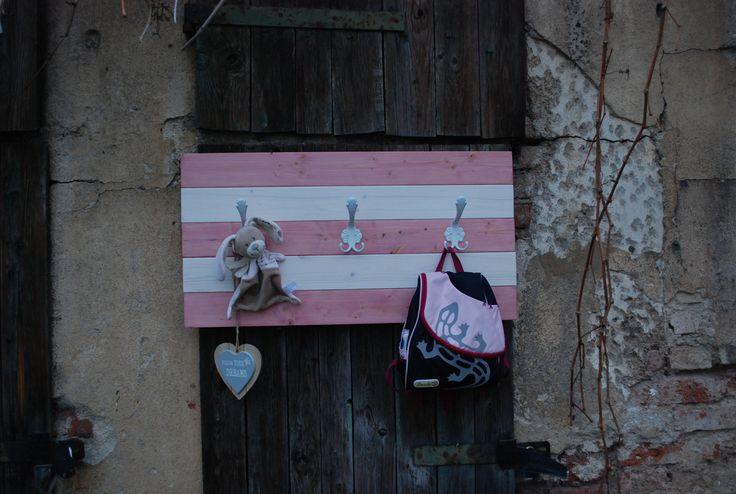 Věšák+Anděla+001+Věšáková+stěna+ze+smrkového+dřeva+v+moderním+stylu.+Ošetřena+silnovrstvou+lazurou+růžové+barvy+a+bílým+voskovým+olejem.+Věšák+je+osazen+třemi+věšáky.+Vhodná+například+do+dětského+pokoje.+Dekorace+nejsou+součástí+výrobku+Rozměry+věšák+cca+výška+41+cm+x+šířka+80+cm+x+hloubka+11+cm.+Barva+růžovo-bílá.+Každý+kus+je+ručně+dělaný...