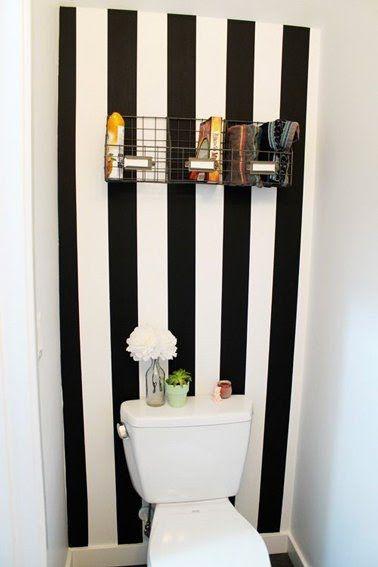 idée deco wc avec des rayures peinture noire et blanche