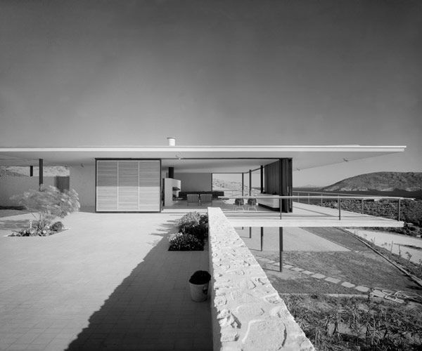 Like the clean lines of this house.  Looks like it was taken by photographer Julius Shulman.