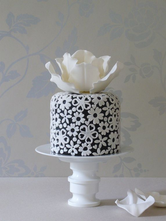 Beautiful Cake Pictures: Cutest Little Cake of Applique Flowers: Birthday Cakes, Cakes with Flowers, Little Cakes