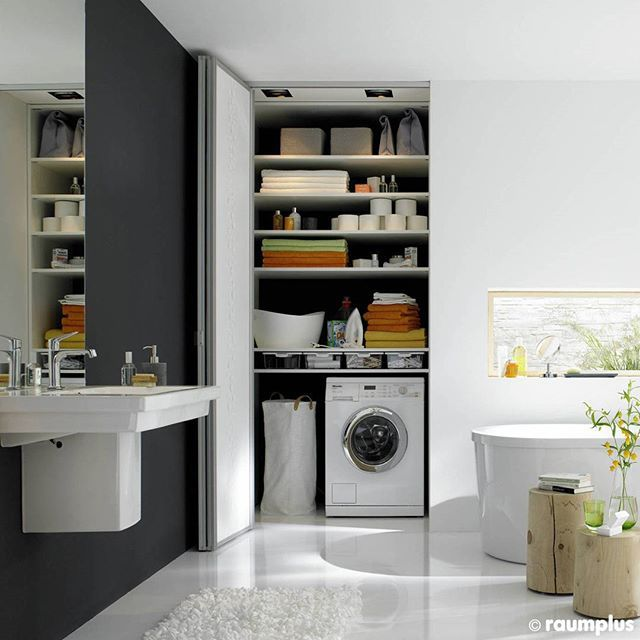В России не принято отводить под прачечную целую комнату. Чаще всего стиральная машина ставится в ванной комнате, однако, чтобы не нарушать гармонии помещения, лучше поместить ее в специальную нишу, закрытую раздвижными или складными дверьми.  Другие проекты по ссылке в описании профиля @raumplus.ru  #raumplus #дизайн_интерьера #интерьер #ванная #ванная_комната #прачечная #прачечная_в_ванной #складные_двери