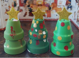 http://impressyourkids.org/mini-clay-pot-christmas-trees/