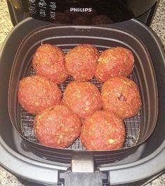 Gehasktbalken uit de airfryer Benodigdheden: 1 kilo mager rundergehakt 100 gram bacon (broodbeleg, klein gesneden) 1 kleine rode ui (klein gesnipperd) 1 sjalotje (klein gesnipperd)