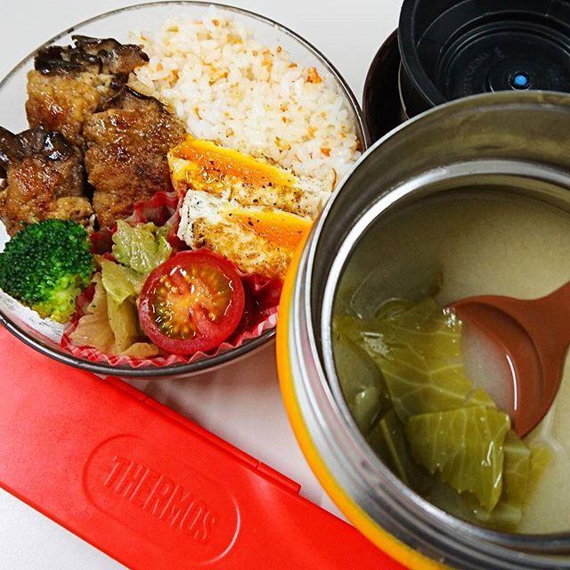 今日のランチは 舞茸の豚肉巻き キャベツの炒め物 2つ折り卵焼き 鮭の雑穀ごはん キャベツのお味噌汁 です٩(ˊᗜˋ*)و 舞茸の豚肉は、お酢の入った甘辛味♪ キャベツは一番外側が残っていたのでお味噌汁にしました。やわらかくなるので(*´・ω・`)b✨ #サーモス #スープジャー #ランチ #お昼ごはん #おかず #お弁当 #手作り #野菜 #キャベツ #味噌汁 #卵 #舞茸 #豚 #肉 # レタス #トマト #節約 #手軽 #簡単 #時短 #雑穀 #鮭 #ごはん