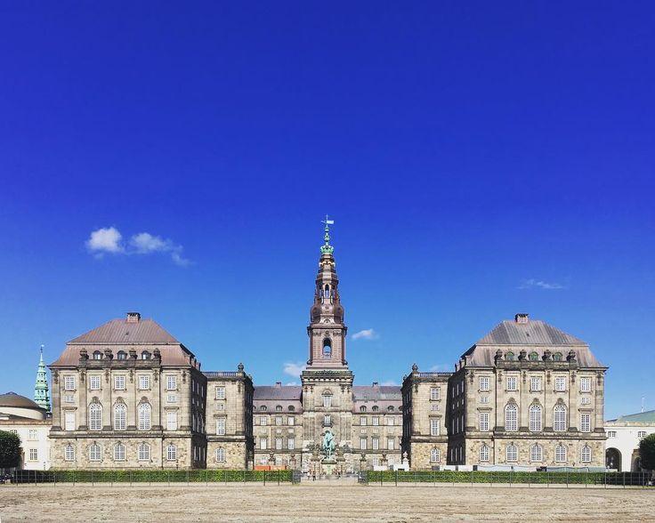 Copenhagen Cristianborg . . . . #danmark #copenhagen #architecture #simmetry #travel #trip #scandinavia