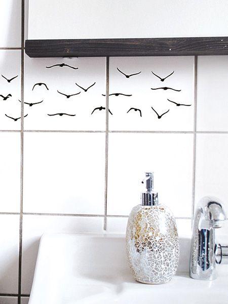 Wen interessiert, wie groß das Bad ist, wenn es liebevoll gestaltet ist? Schnell gemacht: Ein Mini-Wandbild auf die Fliesen kleben.