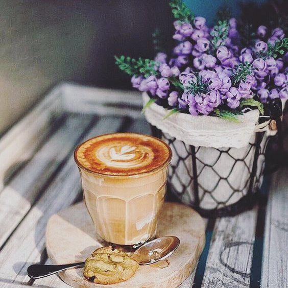 Czas na kawę w towarzystwie pięknych kwiatów.  #coffee #coffeetime #flower #flowerinspiration #outumn #jesiennie #kawa #ogrod #jesieniąwogrodzienajlepiej #wogrodzienajlepiej