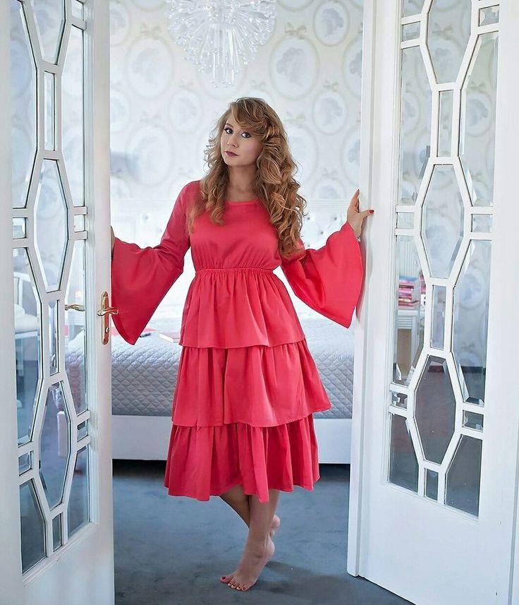 Livada cu rochii  Red dress  Curls  Romantic mood