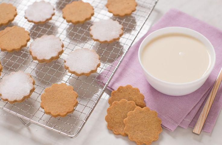 Dolci biscotti friabili preparati con la farina di riso e senza burro e uova. I nostri biscotti senza glutine sono perfetti per chi segue uno stile alimentare vegano.