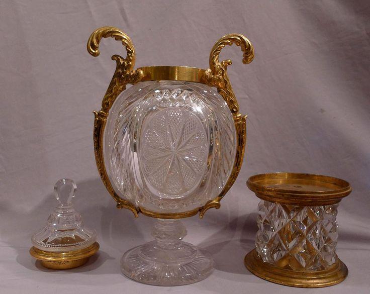 Vidrio antiguo y la pieza central de bronce dorado. -