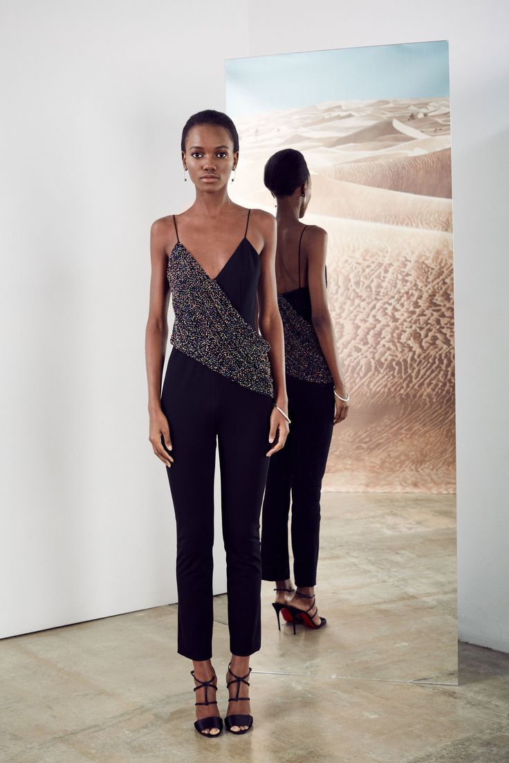 See the complete Cushnie et Ochs Pre-Fall 2017 collection.