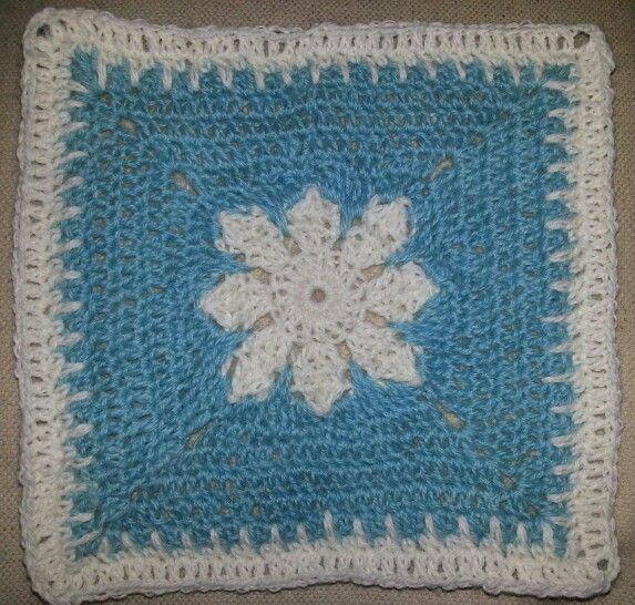 Nytt teppe på gang. Snowflake granny square.
