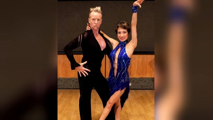 A doctor and her patient find a common bond outside of the hospital. Steve Valentine was diagnosed with Burkitt's lymphoma. He's a dance teacher who also knew how to ballroom dance. Coincidentally, so did his oncologist, Dr. Irene Hutchins. She was a competitive dancer before she...  https://www.crazytech.eu.org/cancer-survivor-shares-victorious-ballroom-dance-with-doctor-to-celebrate-life/