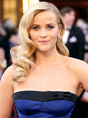 Reese Witherspoon works the carpet like the pro she is. #Oscars