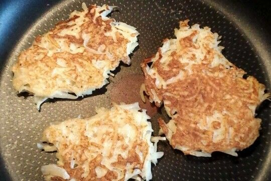 Slimming World Hash Browns  1 maris piper potato grated and excess water squeezed out in a tea towel, mix with half a beaten egg, salt and pepper, spray pan with frylite and brown for 4 mins on each side.
