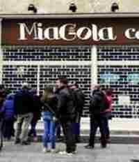 A pochi giorni dall'apertura del MiaGola Caffè di Torino siamo andati a curiosare nel bar dei gatti - http://www.ehabitat.it/2014/04/01/cosa-significa-la-fila-davanti-al-primo-miagola-cafe-italiano/