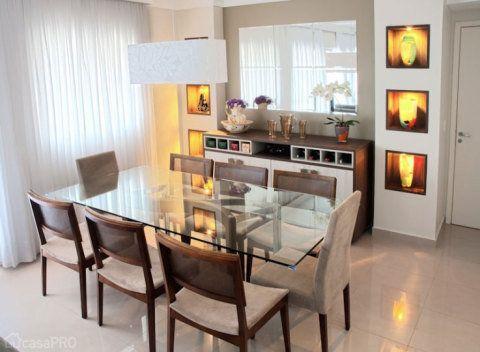 Os nichos de drywall com iluminação de destaque criam uma parede diferenciada na sala de jantar. Projeto da arquiteta Fiorella Queiroz.