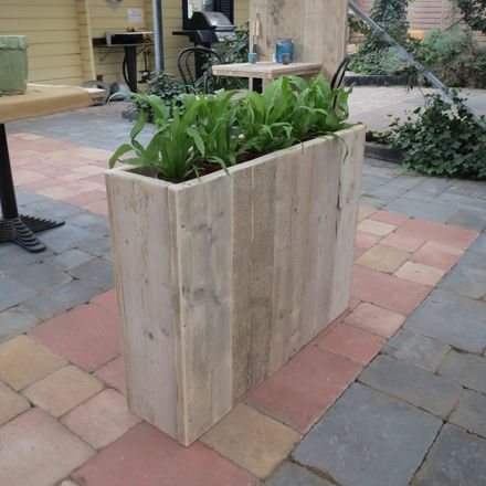 Bloembak 'Spelle' geschikt voor woning, terras, tuin en horeca. Bloembak Spelle is naast de standaard maten geheel naar uw wens te maken. Deze steigerhouten bloembak of plantenbak is ideaal om te gebruiken als scheidingswand.