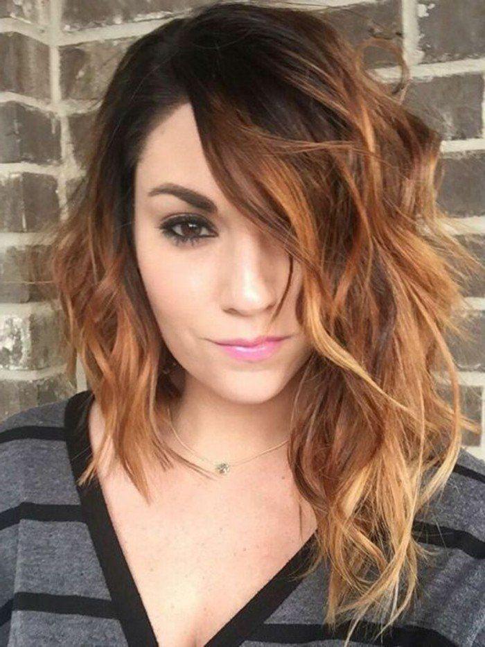 coupe de cheveux asymétrique, cheveux ondulants plus longs de coté, femme aux yeux marrons