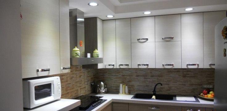 una cucina illuminata con faretti led