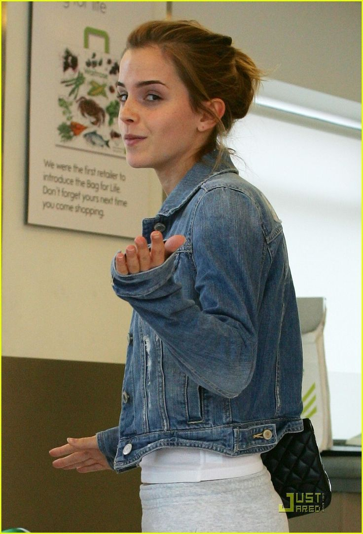 Emma Watson goes shopping with her boyfriend, financier Jay Barrymore, at her local Waitrose grocery store in London on Wednesday (July 15). The cute couple… Crediti : Just Jared Instagram : https://www.instagram.com/we.love.emma.watson.crush/ Passate dal nostro gruppo ; https://www.facebook.com/groups/445446642475974/ Twitter : https://twitter.com/GiacomaGs/status/907646326359445509 ? ~EmWatson