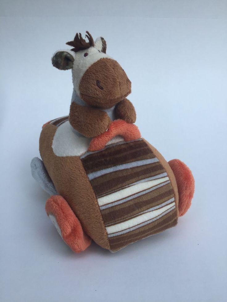 Pluche paard in auto Kraamkado #kraamcadeau #baby #babykado #geboortekado #babykamer #babyshower op www.hummelkado.nl