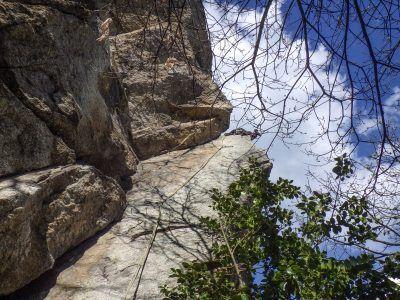 La Via Gervasutti (110 m V) sale una splendida linea di fessure e diedri a Rocca Sbarua, la palestra prediletta degli alpinisti torinesi.