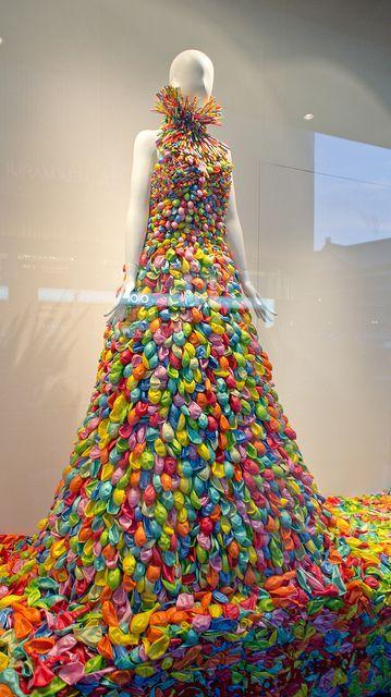 een jurk van heel veel balonnen