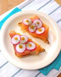Sanduíche de salmão curado com rabanete e molho de mostarda