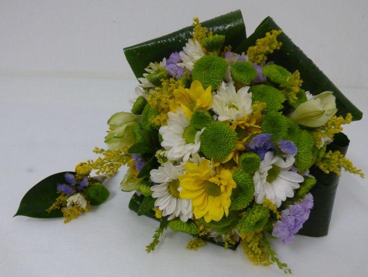 Ramo de novia margaritas de colores acabado con hojas de aspidistra.
