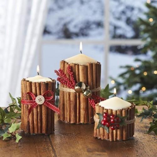 VELAS ENFEITADAS COM #CANELA EM PAU: Cole os paus de canela usando #cola quente e arremate com uma fita #vermelha. Aproveite os #enfeites menores que sobraram da #Arvore de #Natal para dar um toque final.