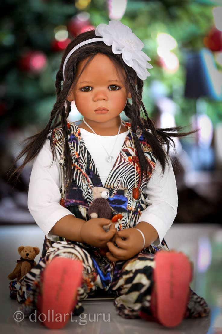 Малышка Leleti — клубная кукла из коллекции 2008 года.  Изготовлена из твердого винила, имеет соединения в локтях и коленях, что дает возможность придать ей желаемую позу, усадить или установить при помощи стенда (подставки).  Туловище текстильное. Парик из натуральных волос 85% и высококачественного мохера 15%. Глазки из стекла.  Лелети по задумке автора представительница Африки.  Изготовлена тиражом 377 экземпляров.  Куколка представлена в наряде от известного дизайнера Marjolein Voss…