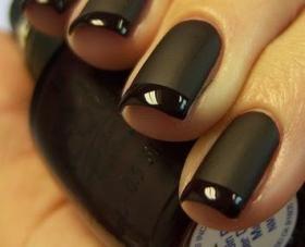 Zwart Matte nagellak. Het contrast van mat en glanzend maken het spannend