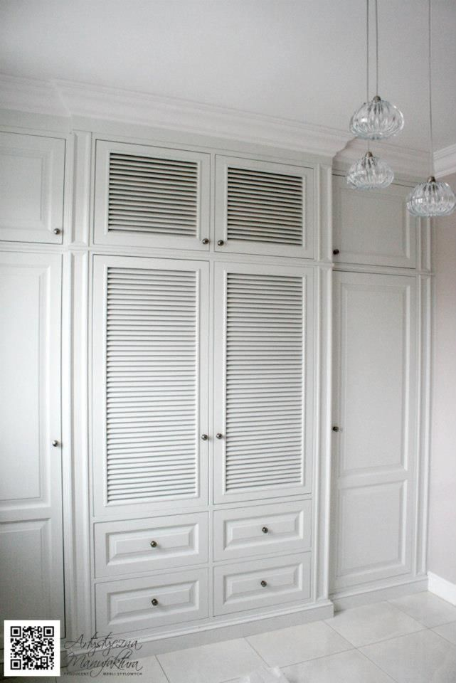 szafa żaluzjowa w holu, hall wardrobe, entry built in closet, tranditional storage with white louvered cabinets, Bespoke fitted wardrobe/Bespoke Furniture, Built In Furniture, Custom Built Furniture, Built In Wardrobes  - wykonanie/by Artystyczna Manufaktura