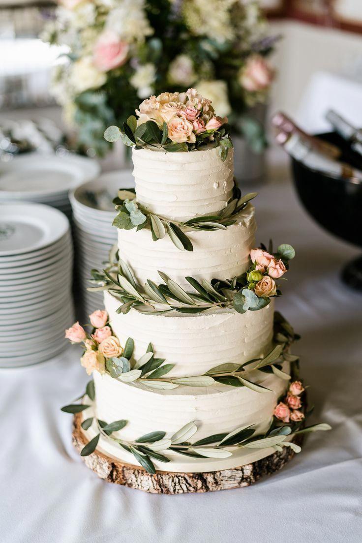 Cream Zuckerguss Hochzeitstorte mit Laub & Pink Flower Decor | Traditionelles Grün …   – Cake ideas