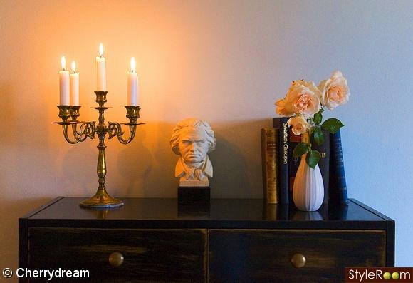 viktorianskt,böcker,gamla böcker,beethoven,kandelaber,ljus,stearinljus,rosor,vas,blommor,guld,knoppar,klädskåp,byrå,svartmålad,turkos vägg,detalj,sovrum,vardagsrum,romantiskt,secondhand