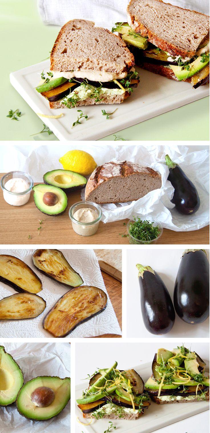 Rezept und Zubereitung für das belegte Brot mit Avocado und Aubergine - aus frischem Bauernbrot, Avocado, Aubergine, Hummus und Kresse - toll als Office-Lunch, zum Frühstück oder Picknick. Die Zubereitung des vegetraischen Sandwiches ist einfach, Aubergine grillen oder anbraten, Humus Aufstrich aus Kichererbsen selber machen oder fertig kaufen. Yummy - lecker & gesund unsere Lieblingsstulle - und die Kinder mögen auch! Rezept auf FAMILICIOUS.de office lunch idea: vegetarian healthy sandwich
